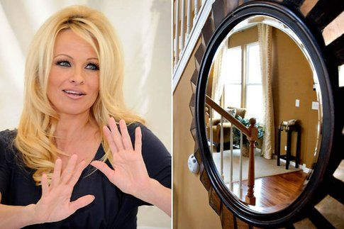 Pamela Anderson è terrorizzata dagli specchi