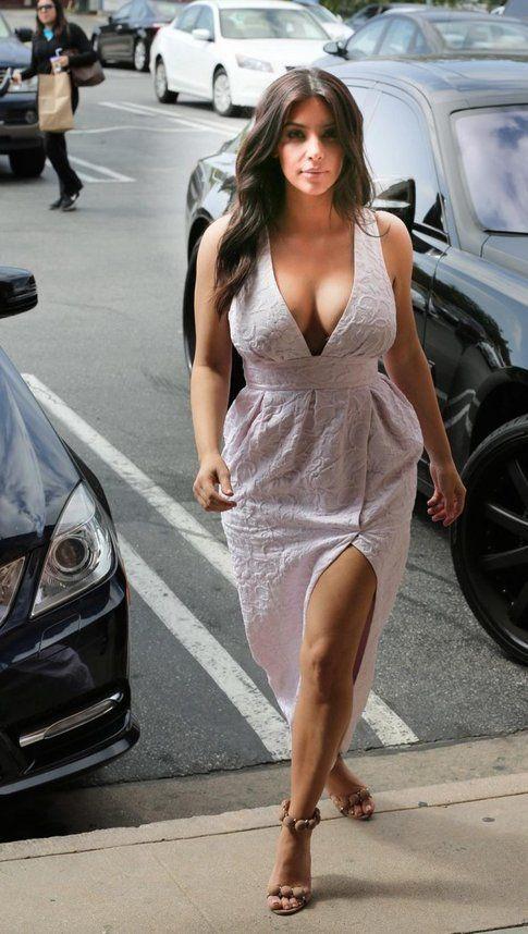 Kim Kardashian in un abito scollato - Fonte: meltyfashion