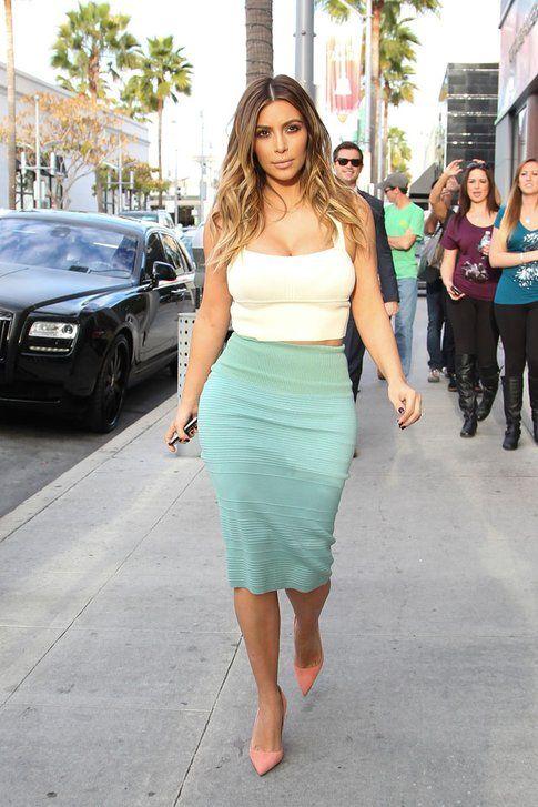 Forse lo stile tipico di Kim: pencil skirt e crop top! Fonte: mydaily