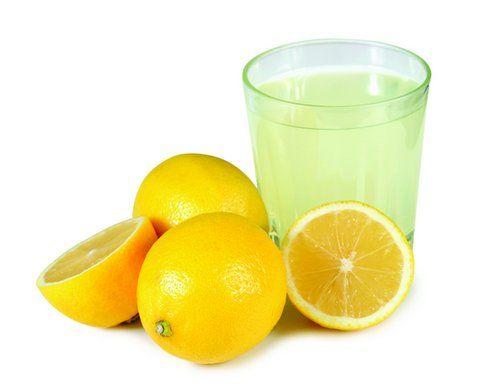 Il limone contiene acido citrico che ha forti proprietà depurative. Fonte: universalfruit