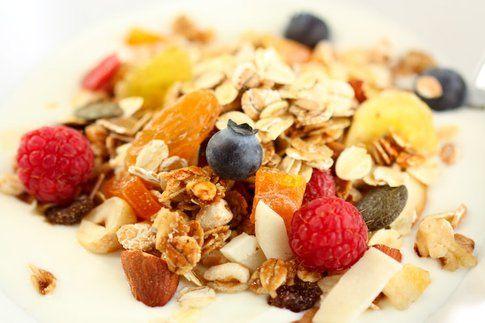 Muesli e frutta secca a colazione