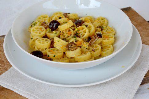 Ruote con zucca, chiodini e pistacchio. Ricetta e foto di Roberta Castrichella.