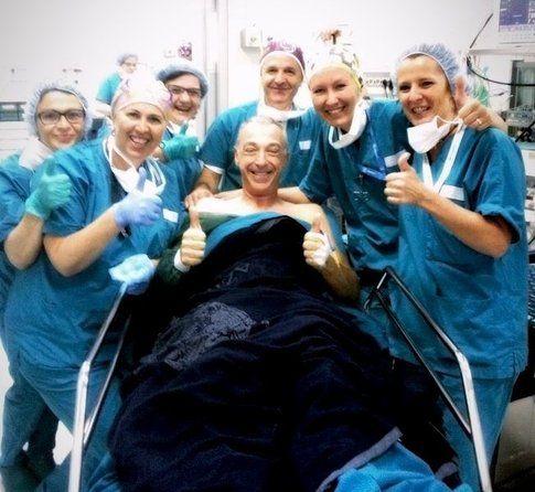 Linus in compagnia dell'equipe medica