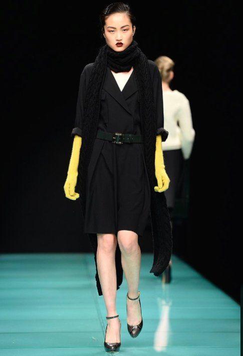 La dark lady di Anteprima con guanti lunghi in pelle gialla FW 14-15