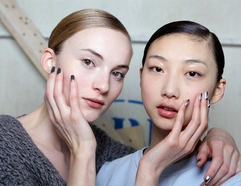 Maicure Metal nel Back stage di Delpozo - fonte: elle.it