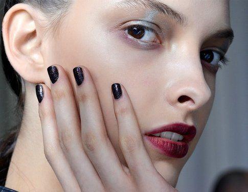 Manicure blu scuro proposta da Antonio Marras in passerella