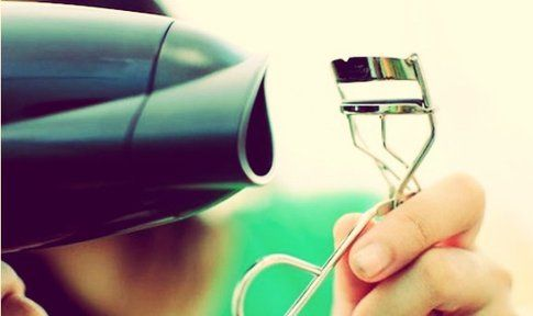 Un trucco per le ciglia: piegaciglia e asciugacapelli - Foto: modeandmakeup