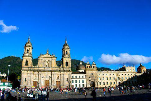 Cattedrale e Palazzo Arcivescovile (le montagne dietro: il Monserrate)