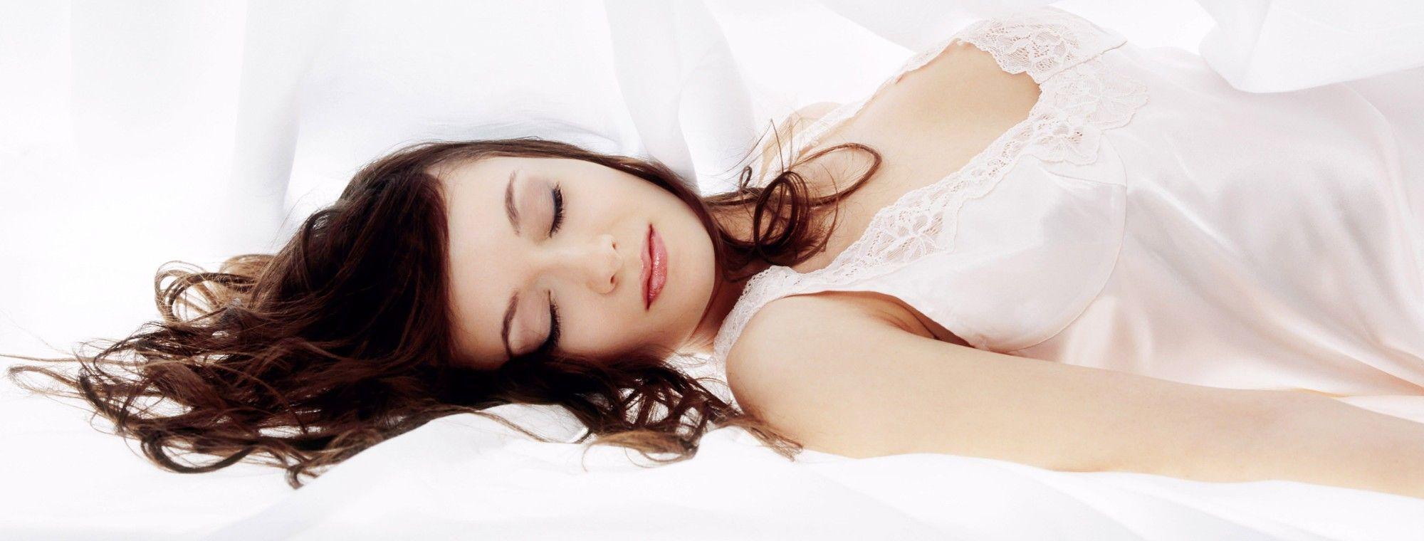Il sonno ti fa bella: 3 acconciature notturne per capelli perfetti al mattino