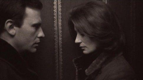 la versione francese è Un homme et une femme un film del 1966 diretto da Claude Lelouch,dove la variante è che i protagonisti sono vedovi..ah i francesi...