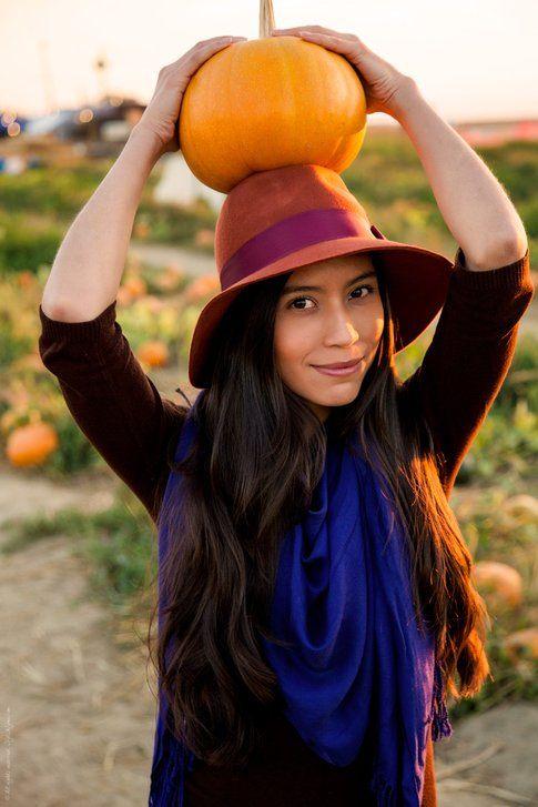 Vanessa di Stylishlme posa in mezzo alle zucche per Halloween - fonte : http://stylishlyme.com