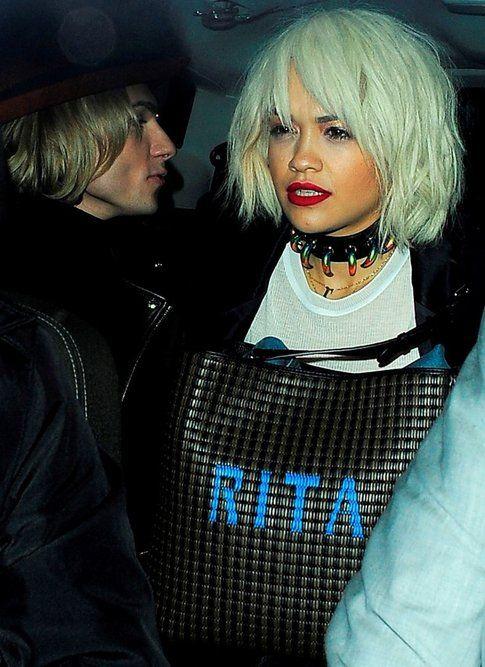 La cantante Rita Ora con la nuova borsa della Selleria intrecciata di Fendi con nome a lettere cubitali