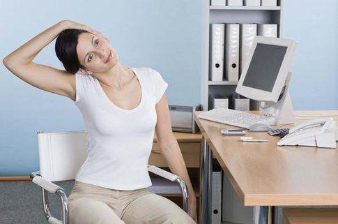 6 esercizi rassodanti da fare seduta alla scrivania