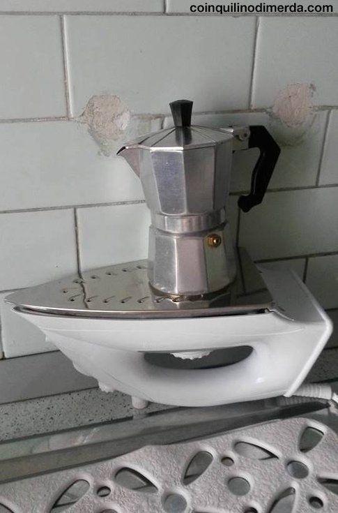 """""""La bombola del gas è finita. Presa dalla disperazione, la coinquilina di merda decide di fare il caffè così"""""""