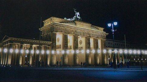 La Porta di Brandeburgo con l'installazione luminosa per il 25° anniversario della caduta del Muro - foto Ilmitte.com