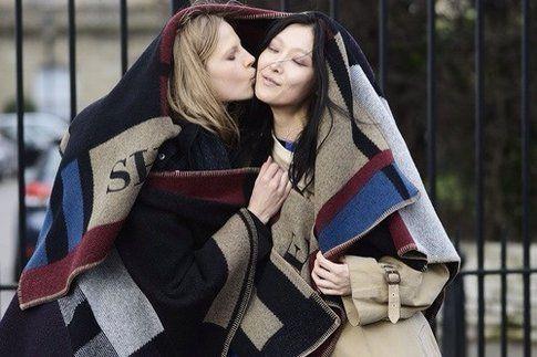 L'ormai iconica coperta-mantella Burberry Prorsum