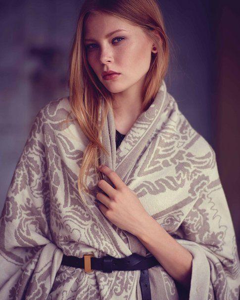 Il brand di moda Baroni ha presentato nel lookbook un plaid riadattato a mantella con una cinta in cuoio