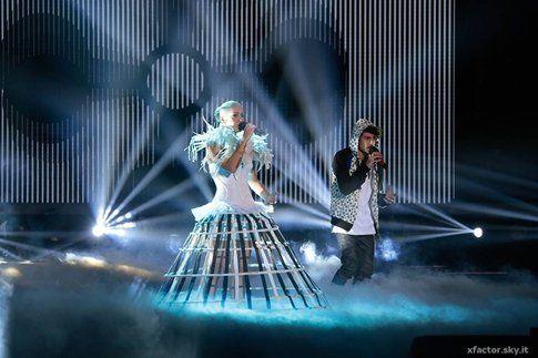 Francesca (che duetta nei Komminuet) durante il primo live di XFactor! - fonte: xfactor.sky.it