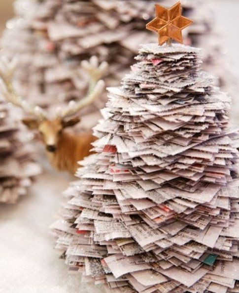 Albero di Natale realizzato con quotidiani - Foto Pinterest.com