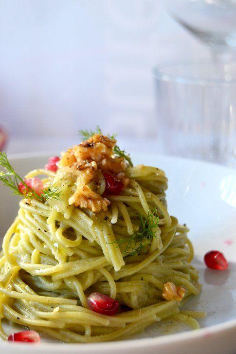 Spaghetti di quinoa al prezzemolo con crema di finocchio, noci e melograno. Ricetta e foto di Roberta Castrichella.