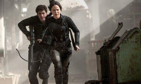 Jennifer Lawrence e Liam Hemsworth in The Hunger Games: Il canto della rivolta