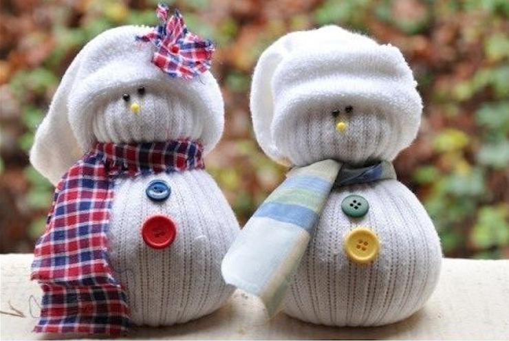 Calzini spaiati: come riutilizzarli per creare dei pupazzi di neve decorativi