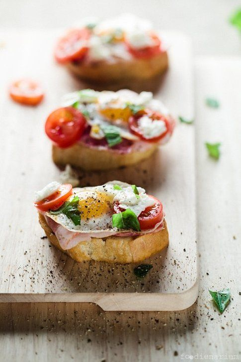 Crostini al bacon e uova di quaglia