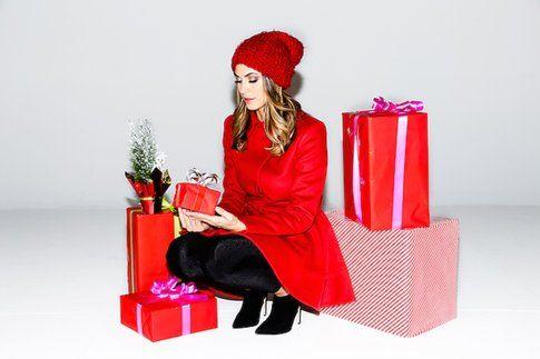 Melissa Satta look natalizio stile Cappuccetto Rosso