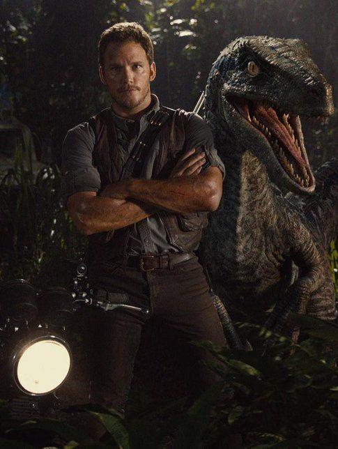 Chris Pratt e un dinosauro di Jurassic World - foto Movieplayer.it