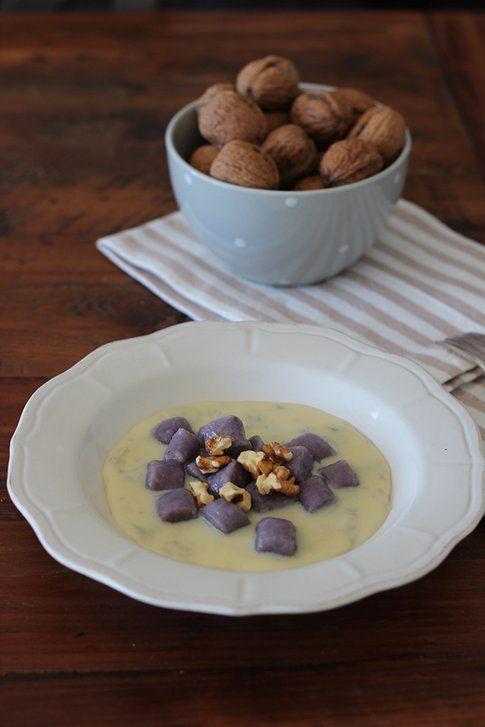 ricetta degli gnocchi viola con gongorzola e noci