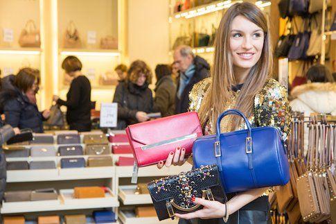 Carlotta di styleandtrouble.com indecisa durante lo shopping! - fonte: styleandtrouble.com