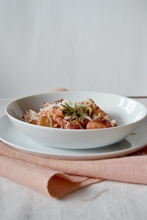 Paccheri con crema di rape rosse e provolone piccante. Ricetta e foto di Roberta Castrichella.