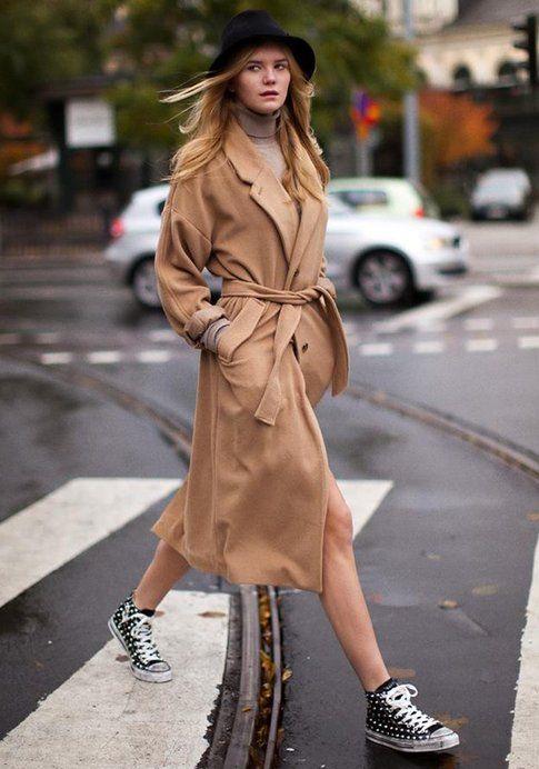 Cappotto color cammello e Converse. Fonte: Foto: PaperBlog