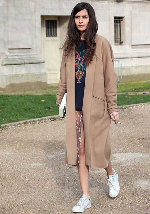 Cappotto color cammello + Stan Smith. Fonte: Vogue