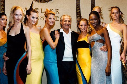 Gianni Versace con alcune top model