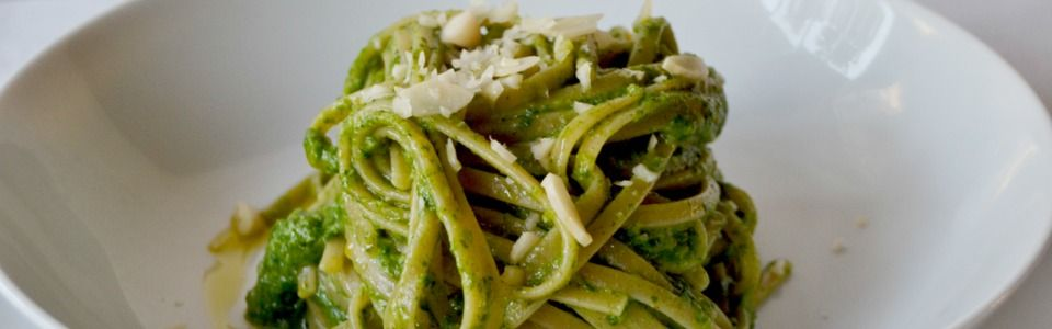 Linguine integrali con pesto di broccoletti e mandorle