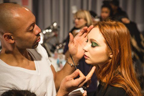 Uno dei make up artist all'opera - NYFW