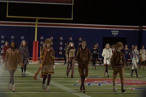 Sfilata dei 30 anni di Tommy Hilfiger ambientata in un campo da football