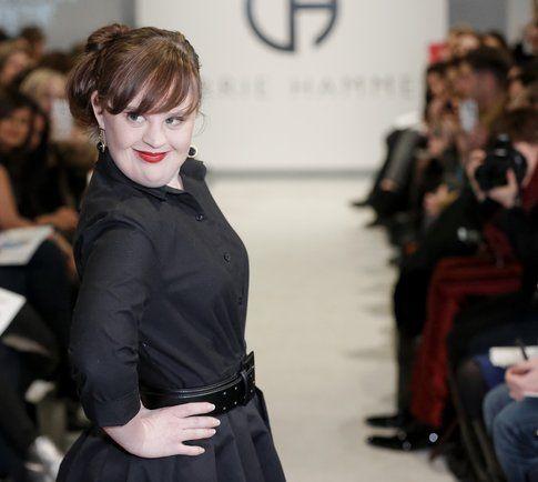 Jamie Brewer, attrice Down di American Horror Story sfila alle NYFW- fonte: marieclair.it