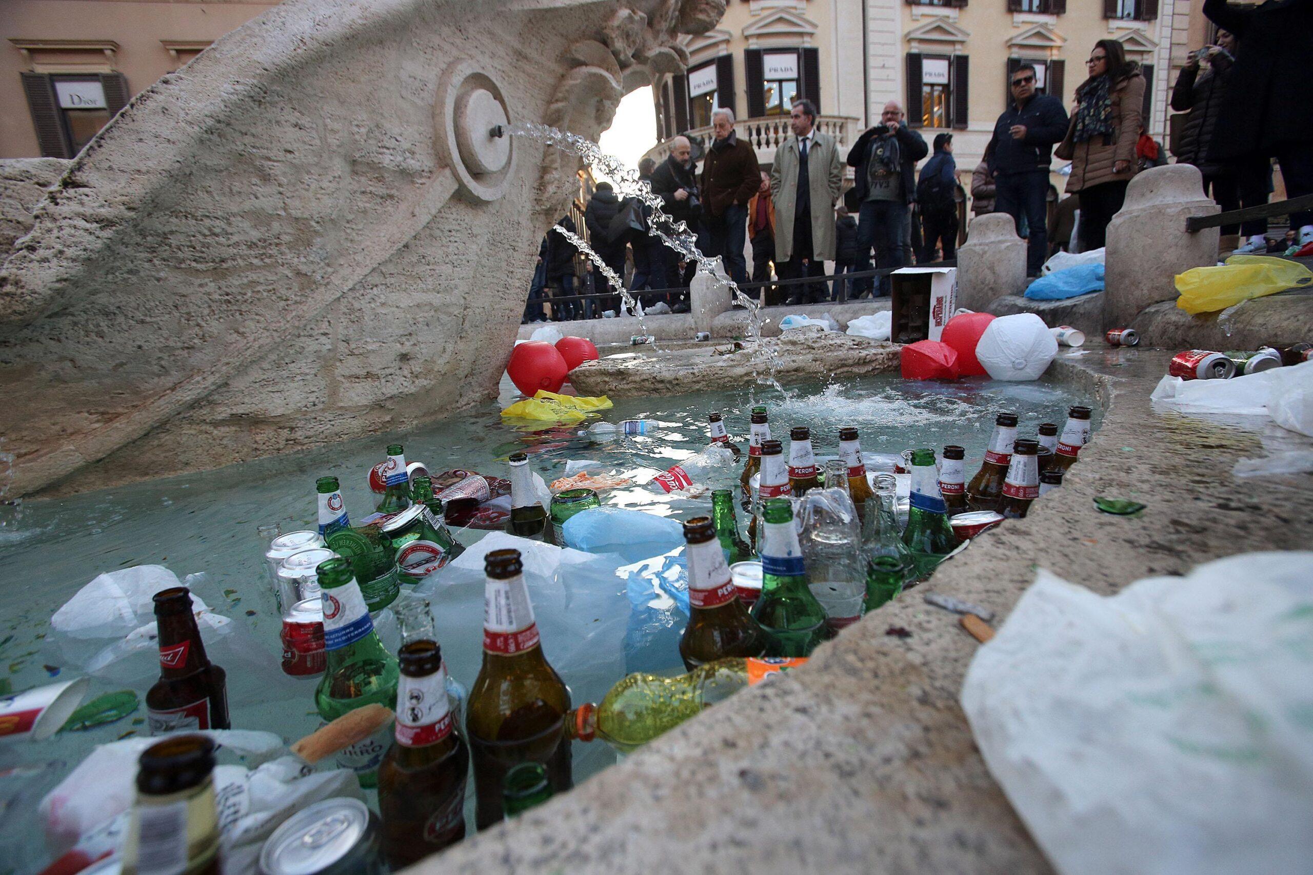 Danni alla Barcaccia del Bernini in Piazza di Spagna