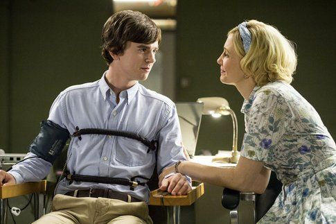 Norman Bates (Freddie Highmore) e Norma Louise Bates (Vera Farmiga) in Bates Motel - foto Movieplayer.it