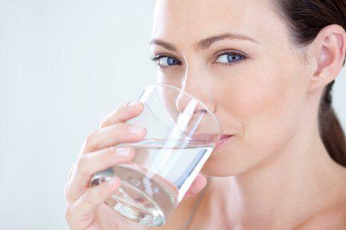Consigli utili per rassodare il seno: bere tanta acqua