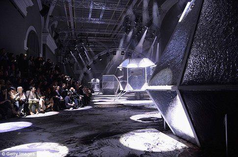Il Grand Palais di Parigi trasformato in una passerella futuristica - fonte:  dailymail.com