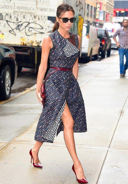Victoria Beckham con un abito della sua nuova collezione