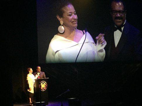 Debbie Allen e Ted Lange premiano Kokayi Ampah - foto da pagina facebook ufficiale LMGA