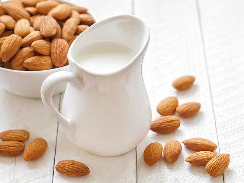 Alimenti per una pelle perfetta: il latte di mandorla