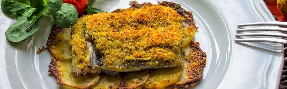 Pesce spatola al forno su letto di patate croccanti