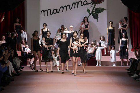 """Dolce&Gabbana sfilata """"Viva la mamma"""" - Fonte: Facebook"""