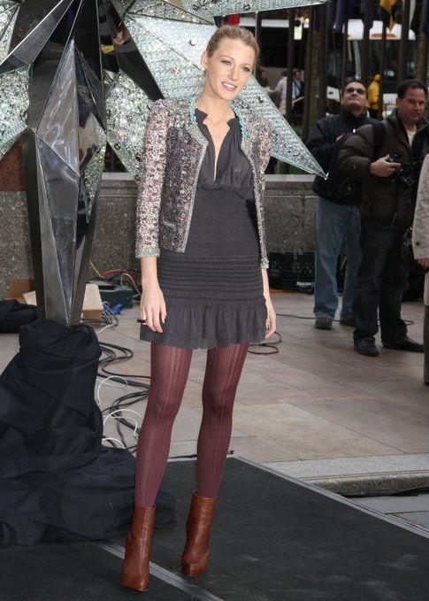 Blake Lively con calze colorate e decorate