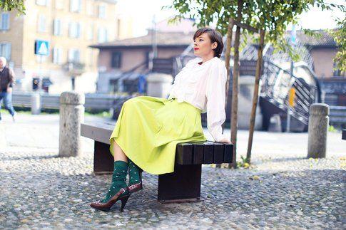 la blogger Lucia del Pasqua con calzini a contrasto